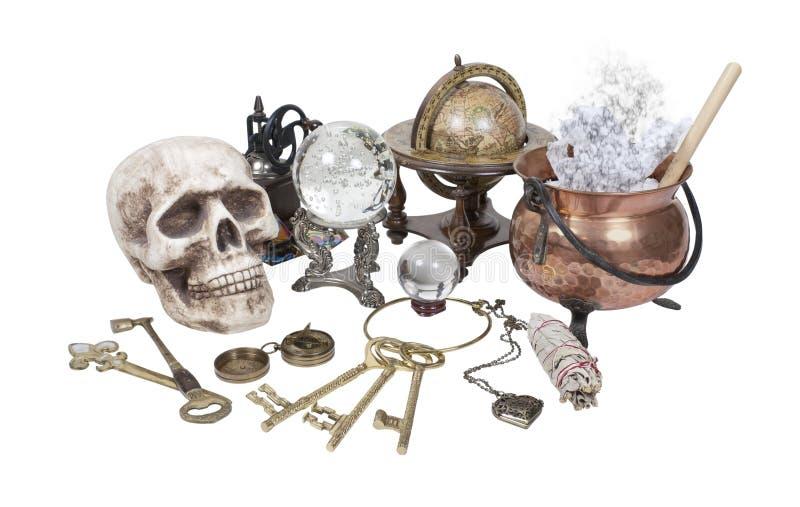 Crâne, clés, bac, bille en cristal et éléments de sorcière photos stock
