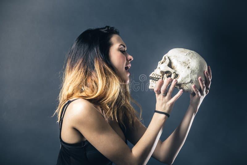 Download Crâne de baiser de femme image stock. Image du mignon - 77161327