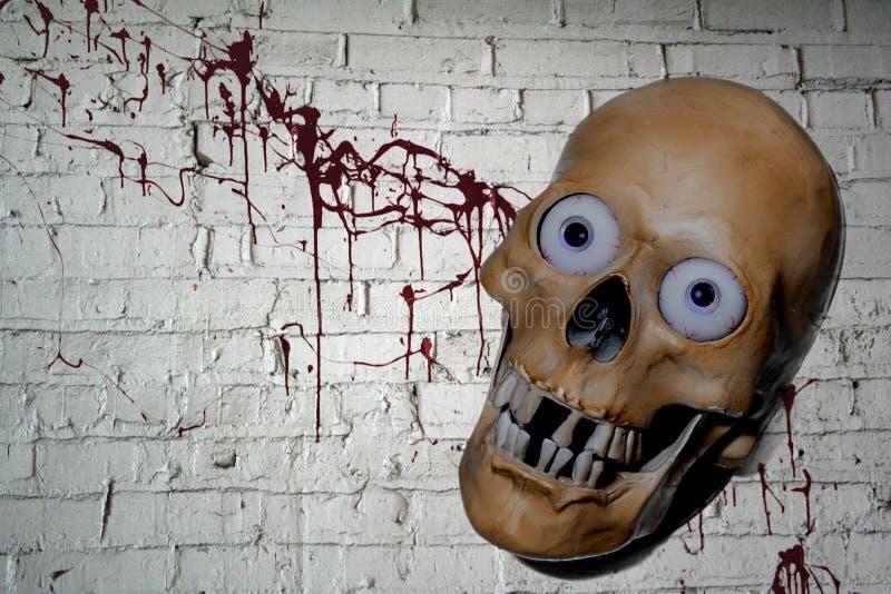 Crâne de Halloween avec le fond de sang images libres de droits