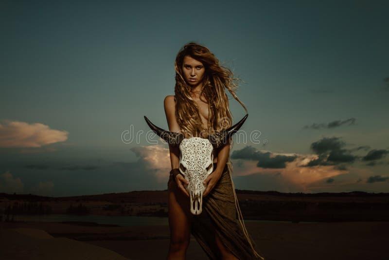 Crâne de vache à prise de chaman de femme photographie stock
