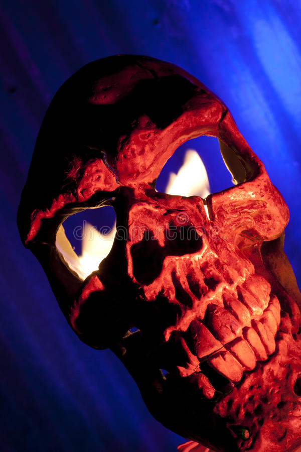 Crâne effrayant avec l'incendie dans les yeux photo stock