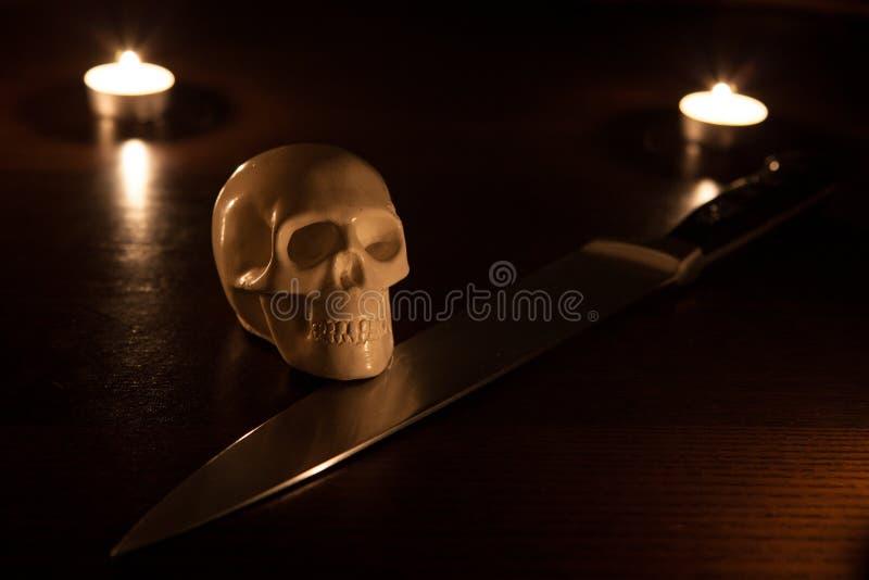 Crâne et couteau photographie stock