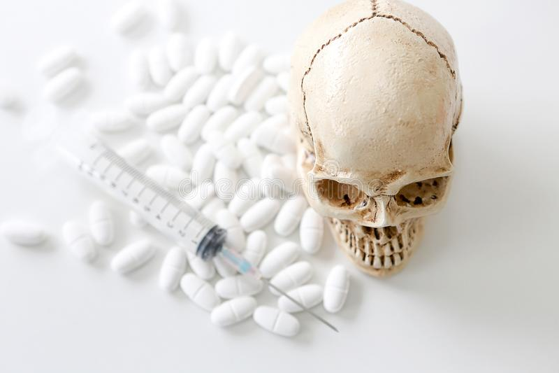 Crâne et seringue fioles médicales, crâne et seringue trouble Medi photographie stock libre de droits