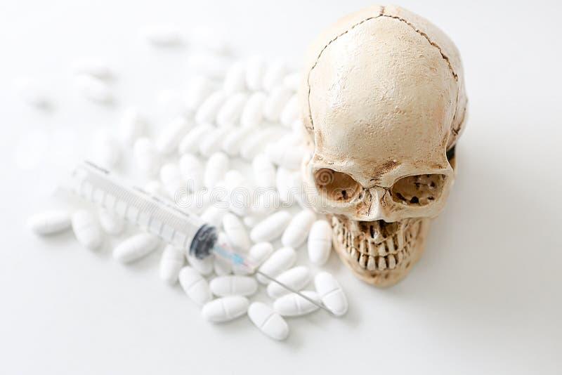 Crâne et seringue fioles médicales, crâne et seringue trouble Risque médical d'abus et de mort de virus photographie stock