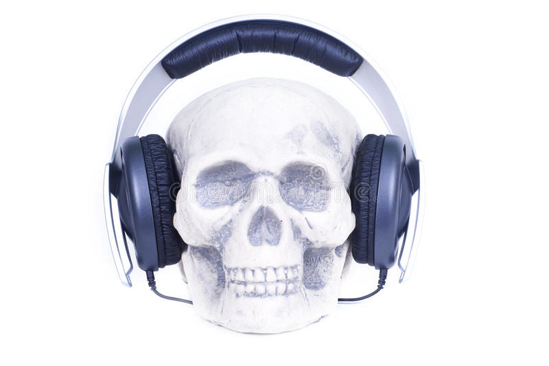 Crâne humain avec des écouteurs de son de musique. images stock