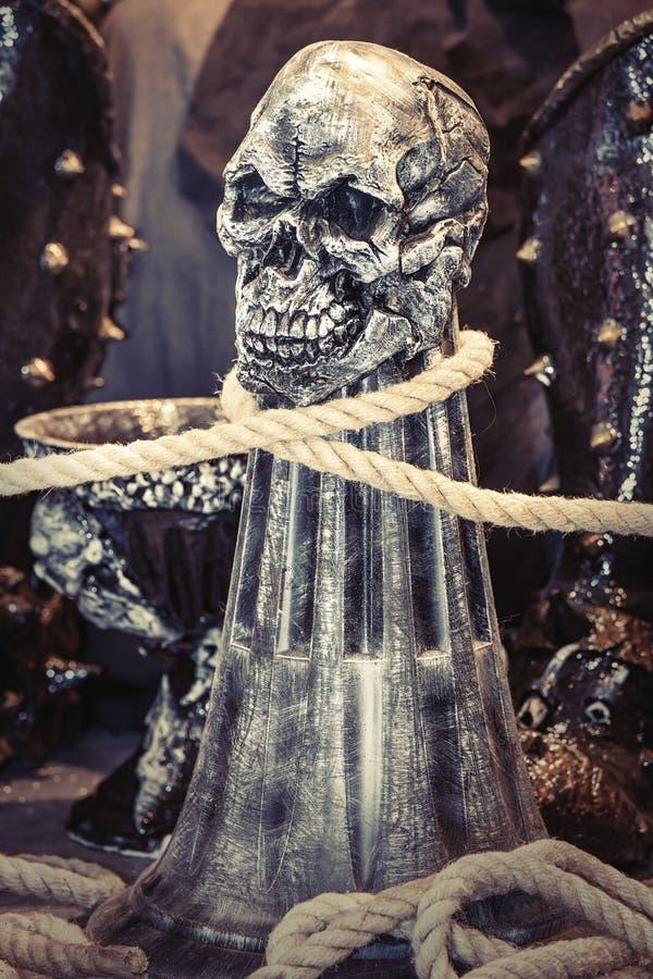 Crâne humain avec une corde autour de cou photographie stock