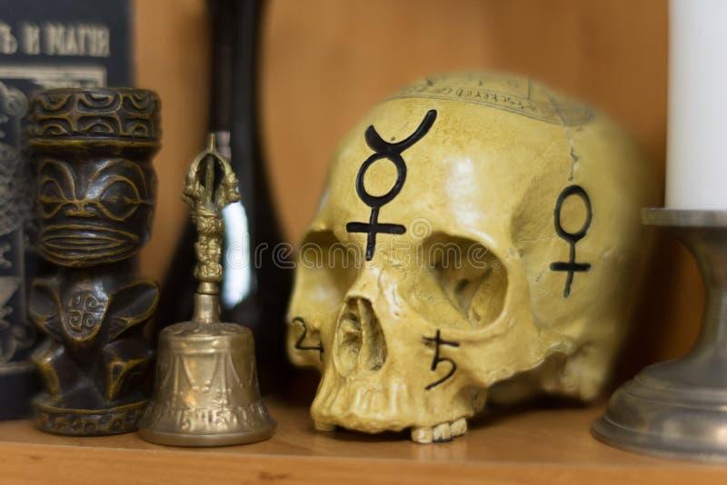 Crâne humain dans un rite magique photo stock