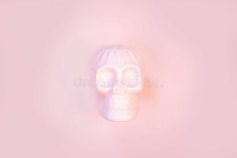 Crâne rose humain de Halloween sur le fond en pastel avec l'espace libre pour le texte images libres de droits