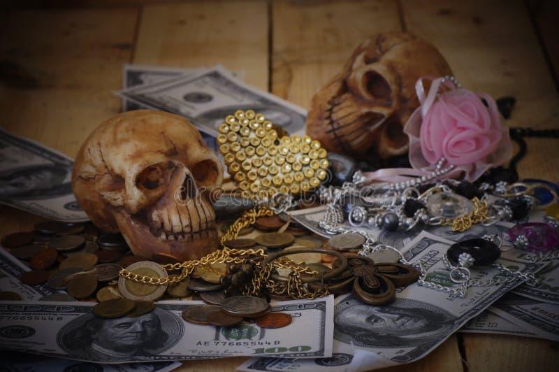 Crâne sur le billet de banque et la pièce de monnaie image libre de droits