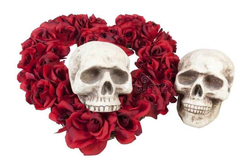 Crânes avec le coeur des roses images stock