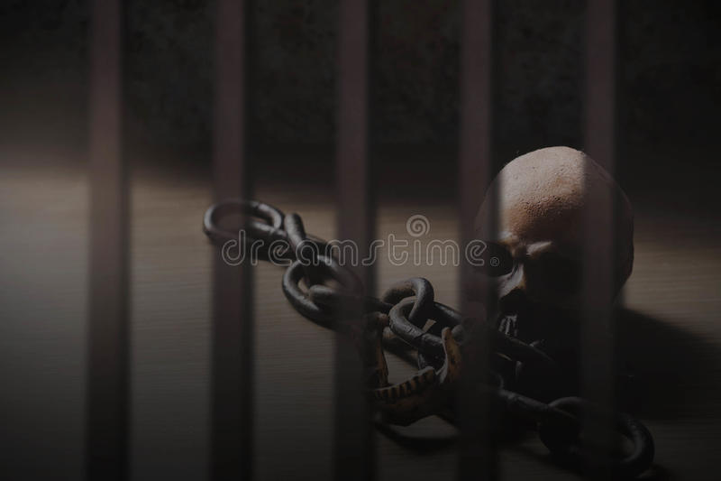Crânes dans la prison images libres de droits