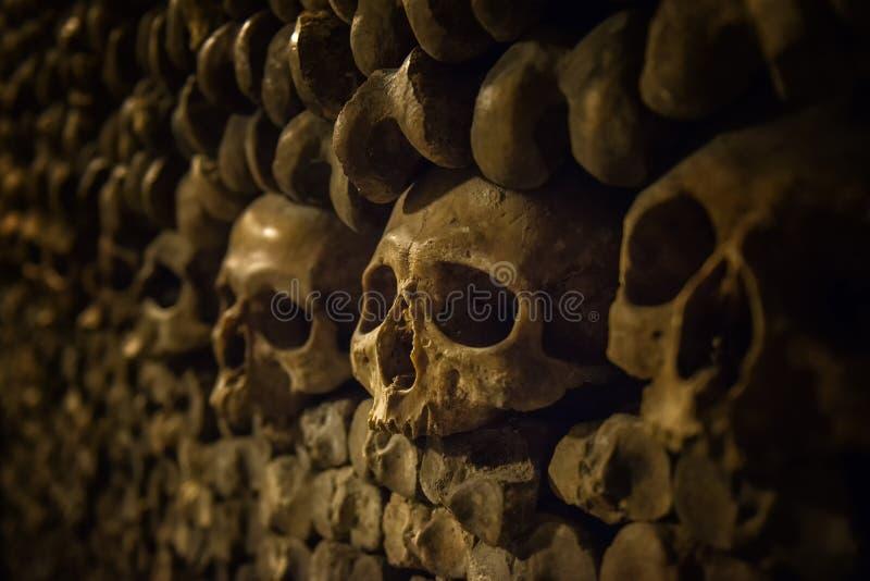 Crânes et os dans des catacombes de Paris photo libre de droits