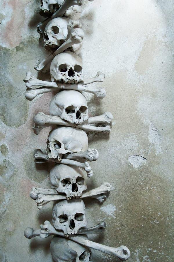 Crânes et os dans la chapelle d'os dans Kutna Hora, République Tchèque image stock