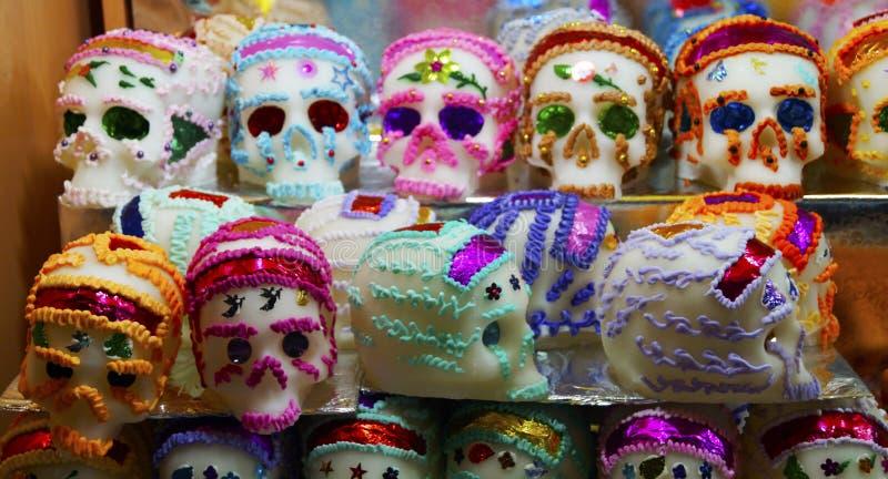 Crânes multicolores de sucrerie de pâtes de sucre photographie stock libre de droits