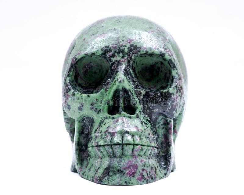 Crânio cinzelado de Ruby Zoisite cristal realístico isolado no branco imagem de stock royalty free