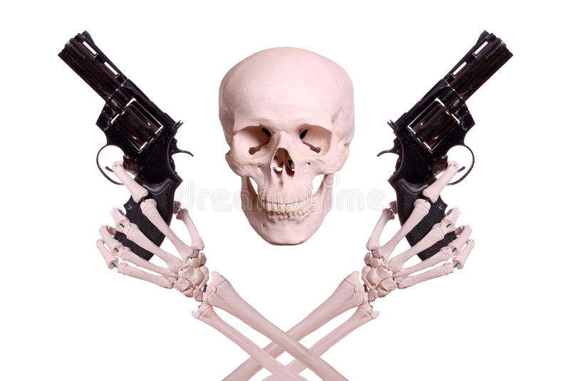 Crânio com as duas mãos de esqueleto que guardaram armas foto de stock