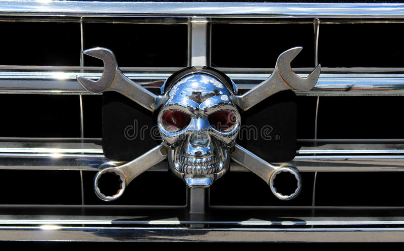 Crânio do cromo do metal como Jolly Roger imagens de stock