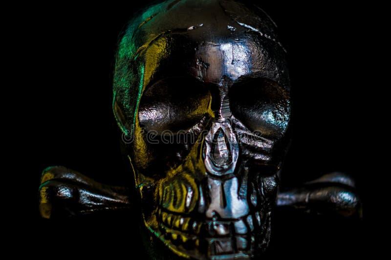 Crânio do metal no fundo preto foto de stock royalty free
