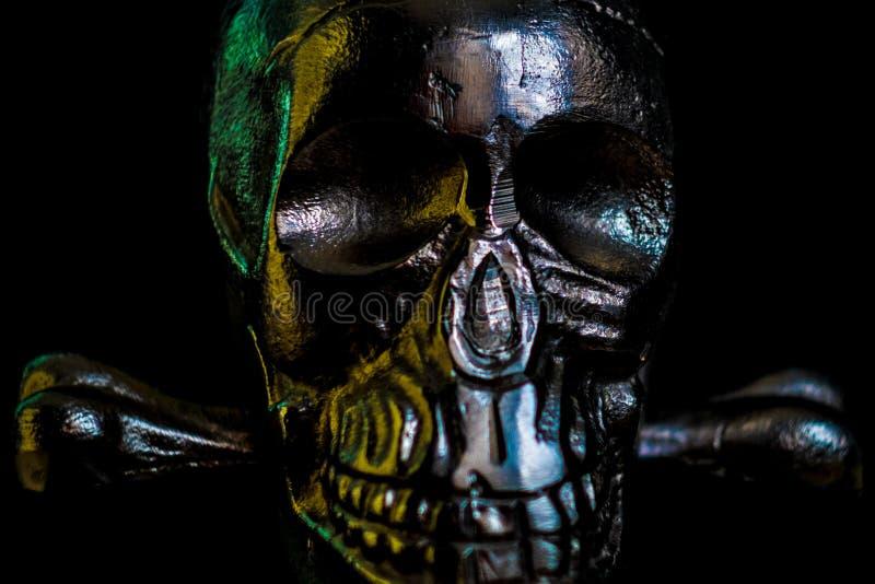 Crânio do metal no fundo preto fotografia de stock