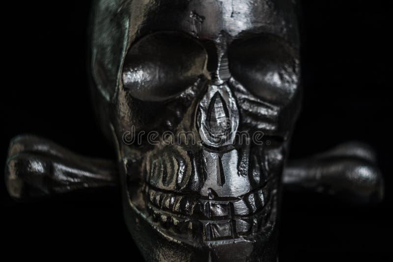 Crânio do metal no fundo preto fotografia de stock royalty free