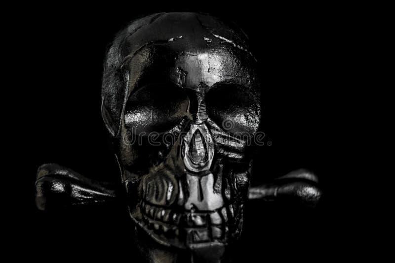 Crânio do metal no fundo preto imagem de stock royalty free