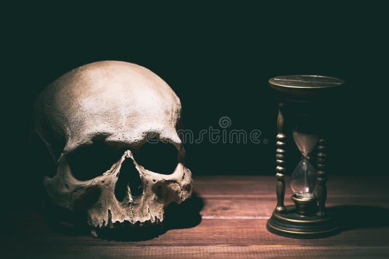 Crânio e ampulheta do vintage no fundo de madeira Conceito do drama ou do horror fotos de stock royalty free