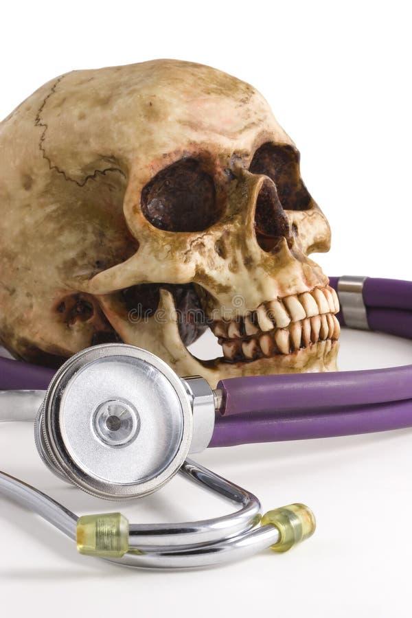 Crânio e estetoscópio fotos de stock