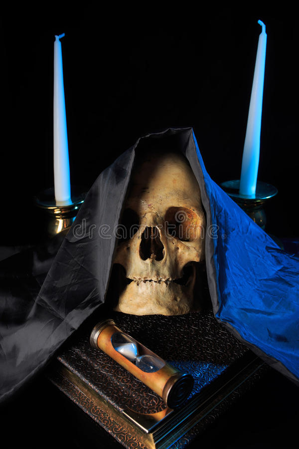 Crânio humano em um livro ao lado do pulso de disparo Conceito fotos de stock royalty free