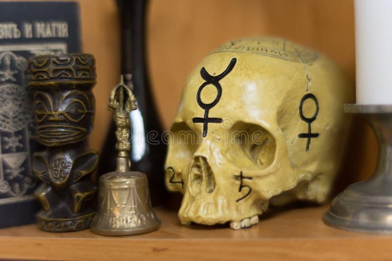 Crânio humano no rito mágico imagem de stock royalty free