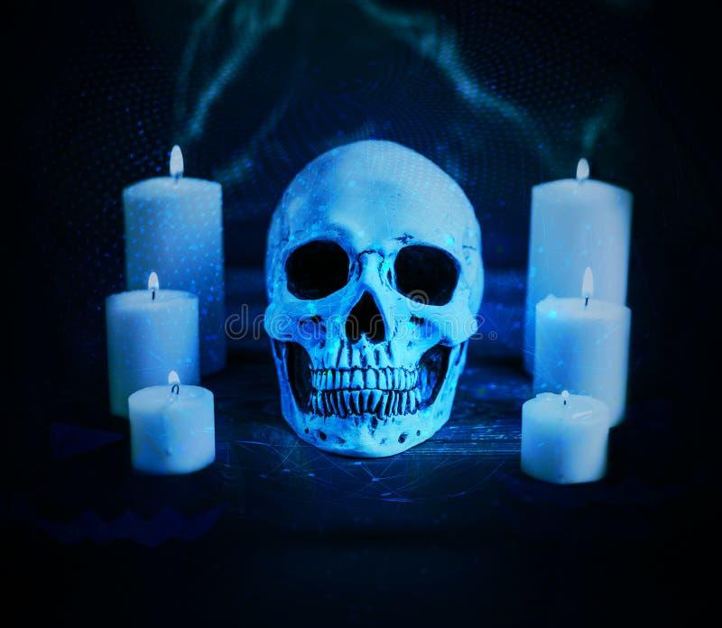 Crânio maldito artístico abstrato cercado por velas em um fundo ciano da rede imagens de stock royalty free