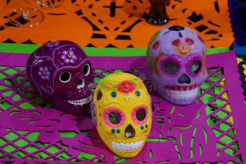 Crânios cerâmicos para o dia do festival inoperante em México imagens de stock