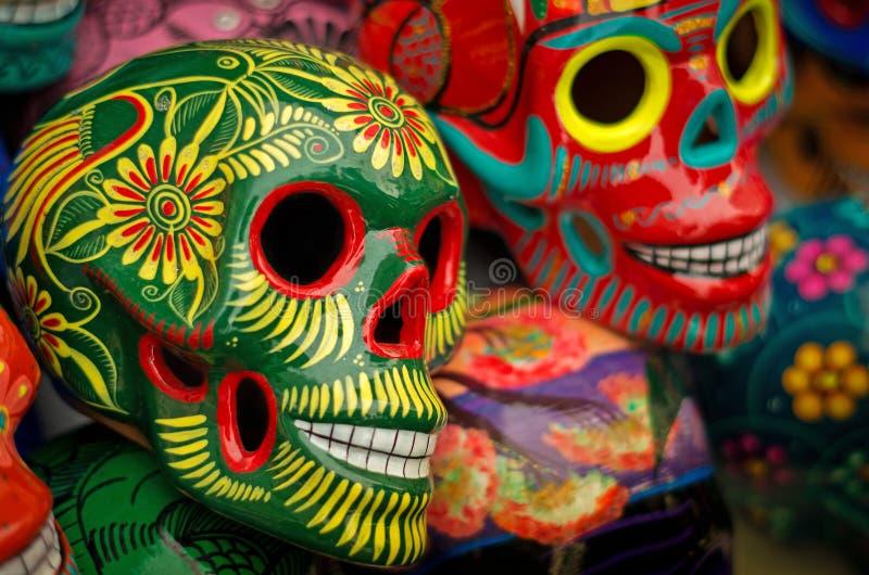 Crânios coloridos decorados no mercado, dia dos mortos, México fotos de stock royalty free