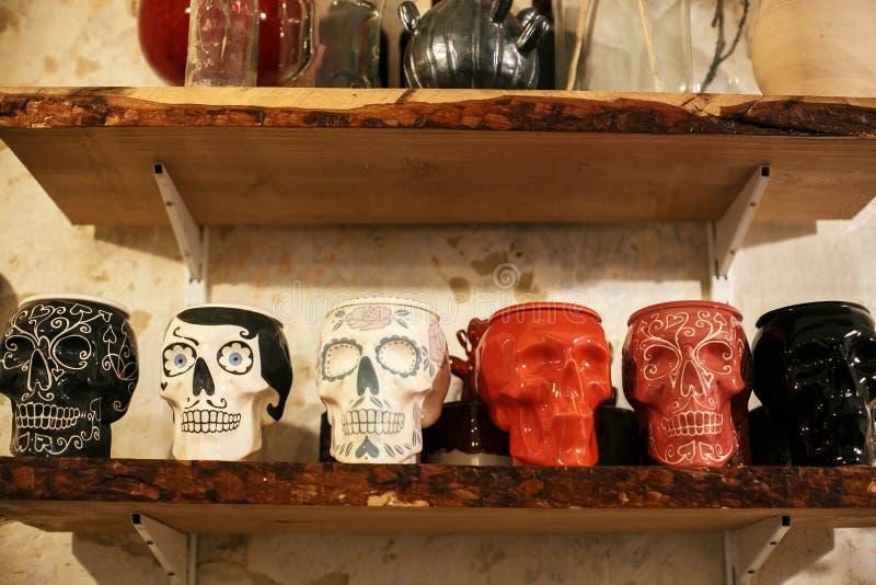 Crânios coloridos na rua da cidade, decoração da rua do Dia das Bruxas Crânios pintados cerâmicos para o dia dos mortos na pratel imagens de stock royalty free
