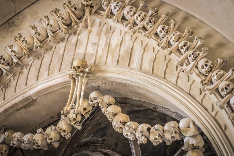 Crânios e ossos humanos em uma igreja em Kutna Hora Ossuary Checo de Sedlec: Kostnice em Sedci foto de stock