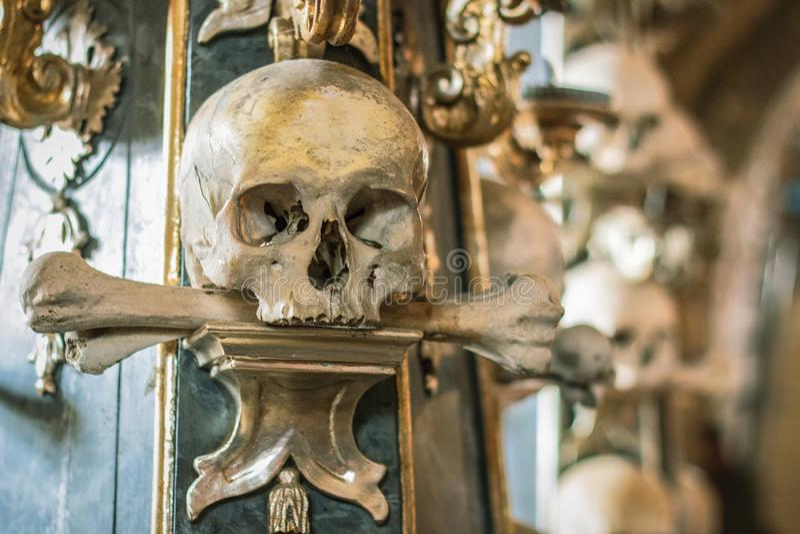 Crânios e ossos humanos em uma igreja em Kutna Hora Ossuary Checo de Sedlec: Kostnice em Sedci imagens de stock