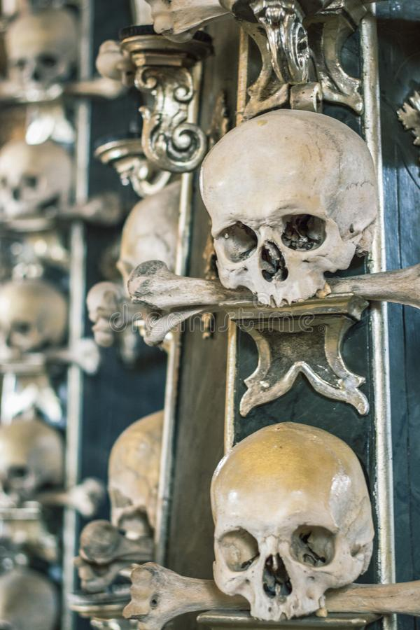 Crânios e ossos humanos em uma igreja em Kutna Hora Ossuary Checo de Sedlec: Kostnice em Sedci imagem de stock royalty free