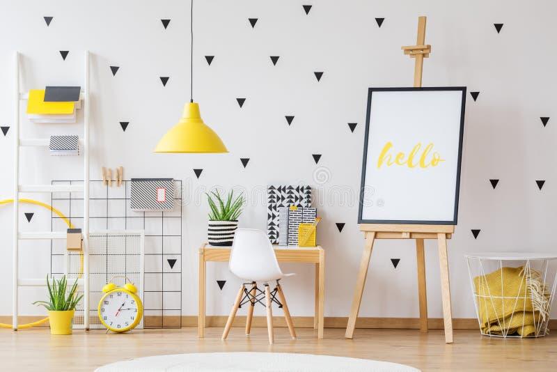 Crèche d'école avec la lampe jaune photographie stock libre de droits