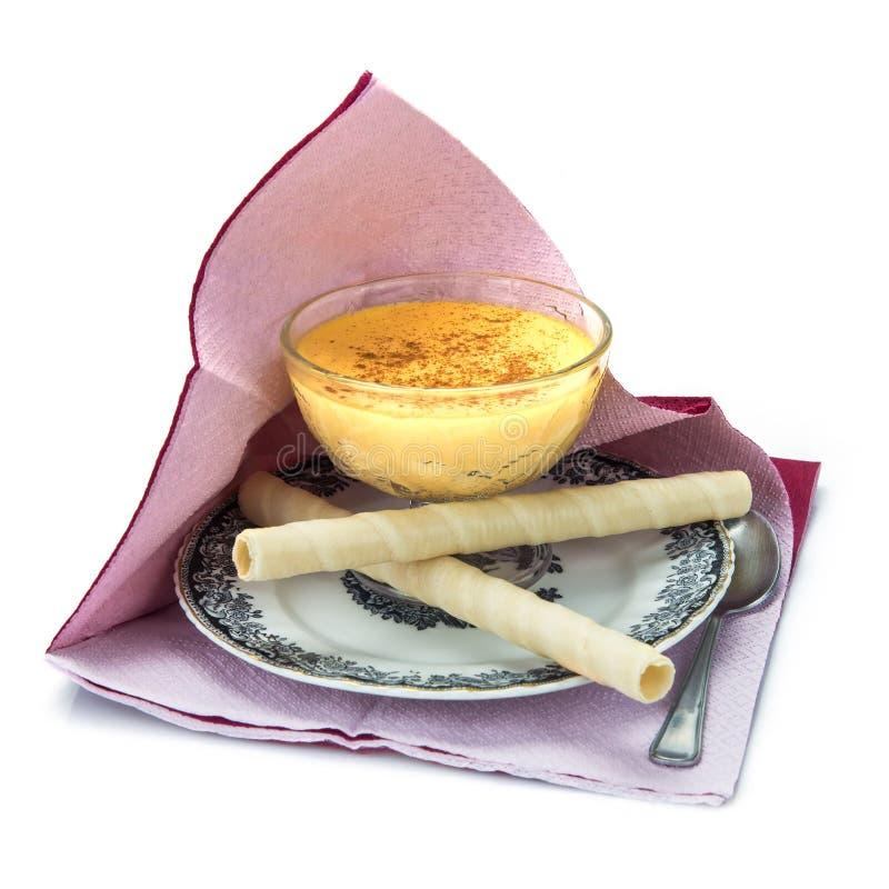 Crème anglaise au-dessus d'un fond blanc image stock