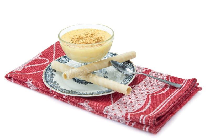 Crème anglaise au-dessus d'un fond blanc photographie stock libre de droits