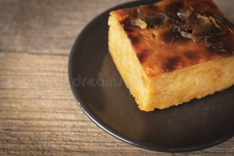 Crème anglaise thaïlandaise avec des fèves de mung mises dans le plat noir de cercle sur le bon fond faisant le coin en bois de t image libre de droits