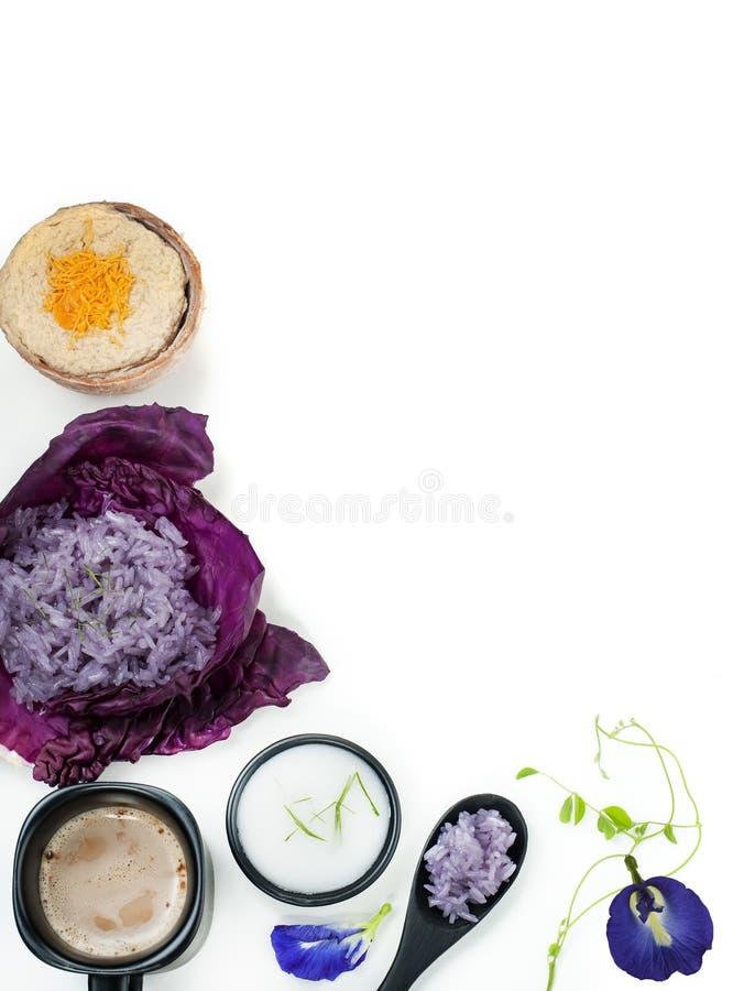 Crème anglaise thaïlandaise de riz collant de pois bleu avec du lait de noix de coco image libre de droits