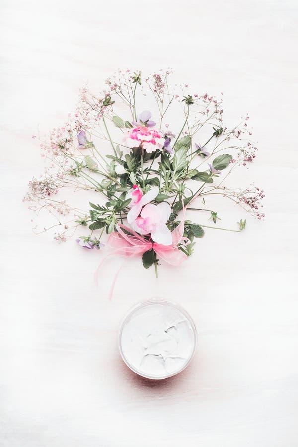Crème botanique organique avec le groupe organique d'herbes et de fleurs sur le fond en bois blanc, vue supérieure Co de fines he images libres de droits