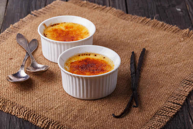 Crème-brulée - dessert alla panna francese tradizionale della vaniglia immagine stock libera da diritti