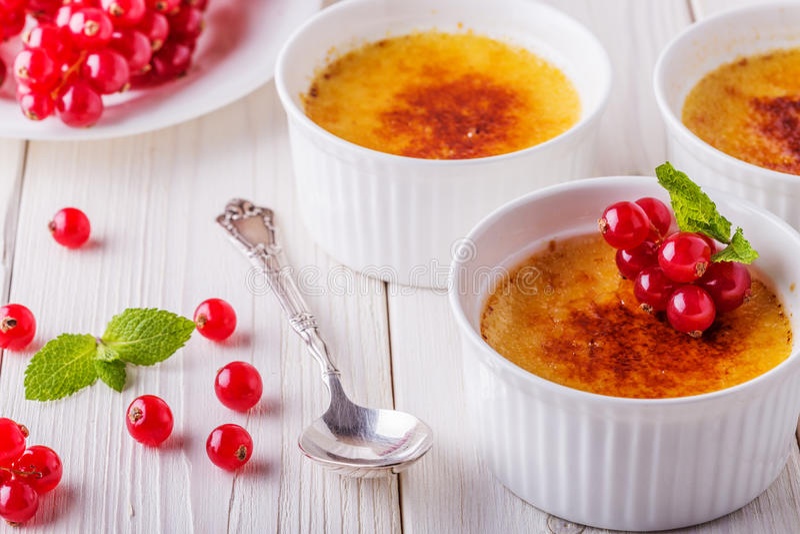 Crème-brulée - dessert alla panna francese tradizionale della vaniglia fotografia stock libera da diritti