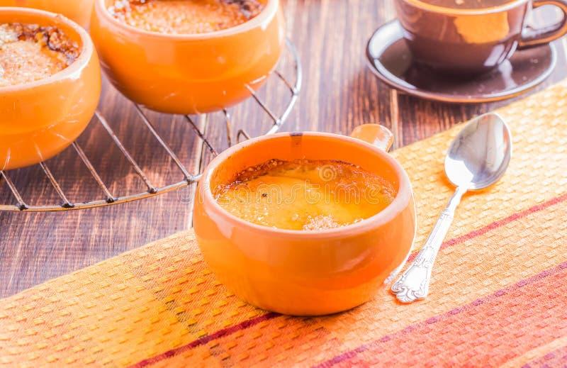 Crème-brulée in uno stile ingenuo immagine stock