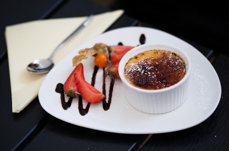 Crème Brule avec des fraises photographie stock libre de droits