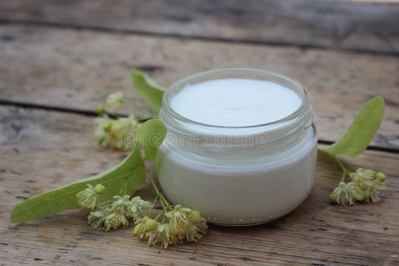 Crème cosmétique avec des fleurs de tilleul photos libres de droits