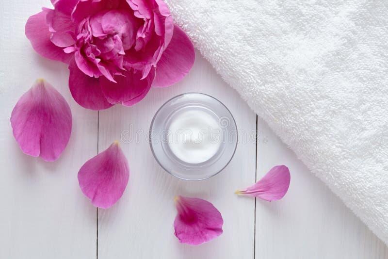 Crème cosmétique de fines herbes d'acné avec la crème hydratante organique de soins de la peau de vitamine de fleurs photos libres de droits