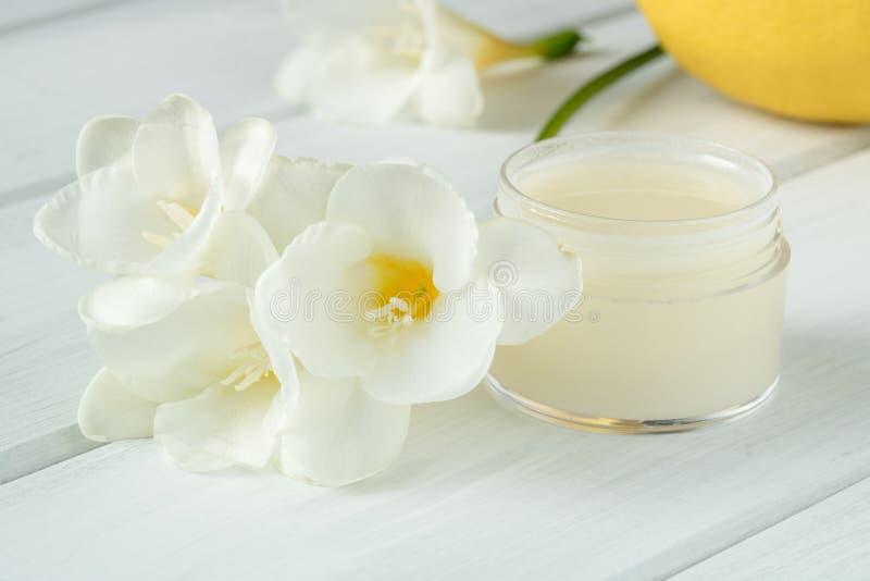 Crème cosmétique naturelle avec des fleurs de ressort images stock