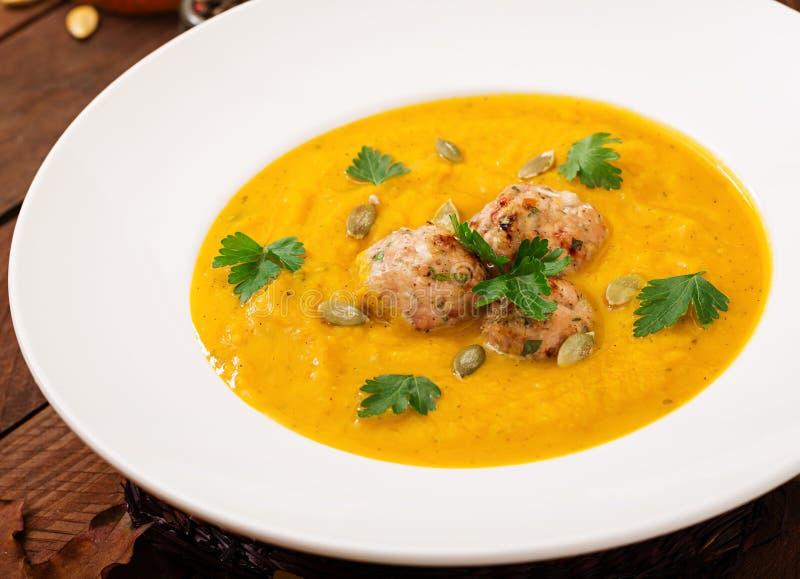 Crème délicieuse de soupe à potiron avec des boulettes de viande photo stock